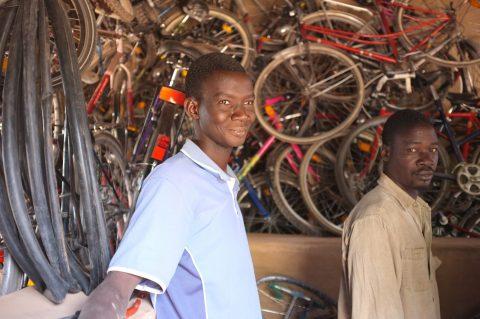 Werkstattaufbau und Radreparatur in Kassoum Burkina Faso